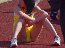 【女子陸上エロ画像】幼い股間からチラッと見える白いアンスコって最高!!女子陸上ユニホームのエロ画像って抜けるなwww