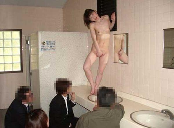 【野外露出エロ画像】公衆便所がストリップ劇場化…出演料無料なのに見ず知らずの男性に裸を見せる露出女www