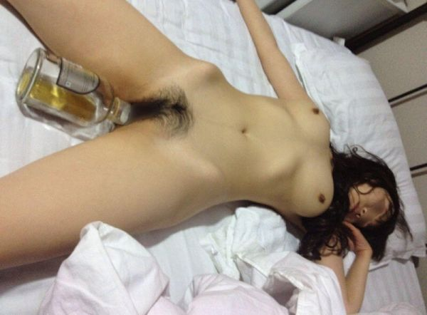 【泥酔エロ画像】世界中のDQNは考えることが同じ…泥酔した女のマンコに酒瓶突っ込む急性アル中待ったなしwww