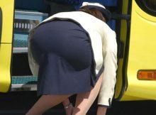 【バスガイドエロ画像】タイトスカートがパツパツッ!!無自覚にエロスを振りまくバスガイドさんのお尻www