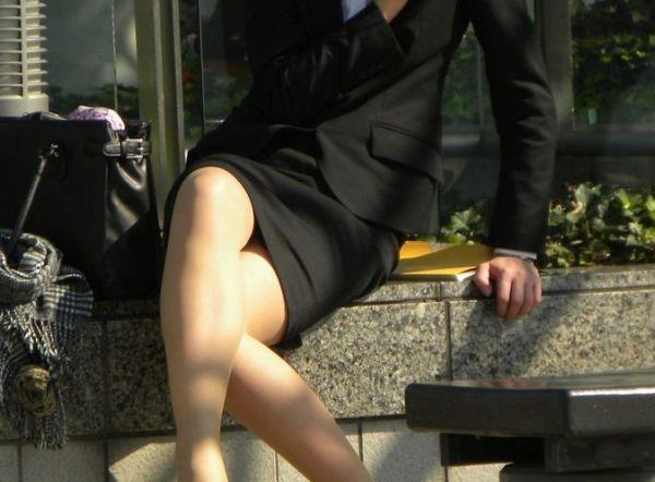 【足組みエロ画像】タイトスカートで足組みするOLさんの色気にチンポがパキパキッ!思わず勃起してしまうフェロモンがやべーwww