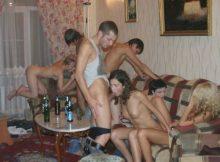 【乱交エロ画像】海外リア充のホームパーティーといえばコレ!みんなでパコパコ参加したくなる自宅での乱交セックスwww