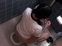 【トイレ盗撮エロ画像】上から覗かれるとこんなに無防備な女子トイレ…隣の個室から隠し撮りした公衆便所www