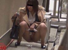 【野ションベン盗撮エロ画像】路地裏や駐車場の奥…隠れてるつもりの野ションベン女子をガッツリ隠し撮り!まる見えの放尿シーンwww