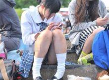 【Jkパンチラエロ画像】そこらにしゃがみこんでスマホポチポチ…今どきだなぁって感じる女子高生のパンチラがリアルww