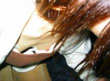 【胸チラエロ画像】これぞラッキー胸チラ!おっぱい小さすぎてブラジャーパカパカww乳首も見えちゃう貧乳女子の胸チラ画像