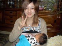 【授乳エロ画像】これがリアルママのおっぱいwww赤ん坊に母乳飲ませてる授乳中奥さんのおっぱい画像