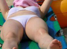 【マンスジエロ画像】夏のハプニングはポロリだけじゃない…マンコの形がモロ!?ビーチで寝ている女の子のマンスジ画像