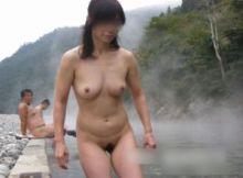【露天風呂エロ画像】そこらへんにいる一般女性なのに…全裸でウッキウキ!逮捕されないと喜ぶ露天風呂露出画像
