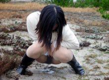 【野外放尿エロ画像】まさに無防備!この状態で誰か来たらおまんこ見られちゃう…逃げることができない野外放尿画像