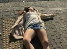 【泥酔エロ画像】こんな状態でもレイプされないなんて…日本で安全だなって思えるパンツまる見え泥酔女www