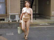 【野外露出エロ画像】ちょっとぽっちゃり…だらしない身体つきがリアル!そこらにいる一般のおばさんが野外でスッポンポン!?熟女の野外露出画像