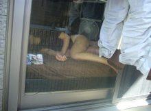 【民家盗撮エロ画像】あまりの暑さに半裸でだらだら…無防備な格好でくつろぐ女の子の家を覗き見る民家盗撮画像
