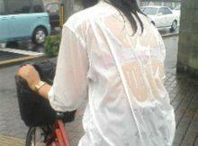 【びしょ濡れJKエロ画像】これぞ夏の風物詩!夕立でびしょ濡れ…ブラジャー透け透けの夏服がたまらないびしょ濡れ女子高生の街撮り画像