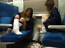【電車内JK盗撮エロ画像】公共の乗り物なのに我が物顔…お行儀の悪い女子高生の太ももがちょーエロいwwカオスな電車内の盗撮画像