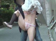【スカートめくりエロ画像】イタズラしたい衝動を抑えきれない…女の子のパンツまる見えスカートめくり巾着エロ画像