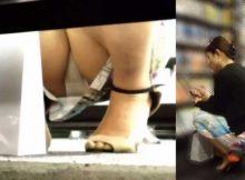【棚下パンチラ画像】手を伸ばせばマンコに届きそう…女の子のもっこり股間が真正面から撮れる棚下パンチラ画像