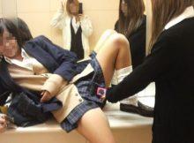 【おふざけエロ画像】あきらかに性的なアピール…これが青春の発情期!?友達とじゃれあう女子高生のおふざけエロ画像