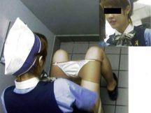 【女子トイレエ□画像】上から覗かれた女子トイレの様子…おしっこしてる姿がまる見え!ガチで犯罪レベルなトイレ盗撮画像