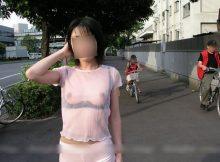 【野外露出狂エロ画像】これなら逮捕されない!?着衣だけど乳首もマン毛もまる見え…シースルーで露出プレイを楽しむ変態女www