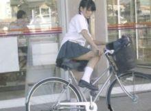 【自転車パンチラ画像】チャリンコ通学してる女子●生のドキッとしちゃう瞬間…男なら誰もガン見してしまうパンチラ画像