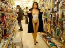 【店内露出エ□画像】なにも知らない一般のお客さんも大勢いる店内で当たり前のように裸になる…キチガイレベルの店内露出画像