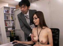 【OLエロ画像】会社で女子社員がおっぱいまる出し!?詳細が気になるOLさんのエロ画像