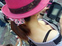 【胸チラエロ画像】肩口から覗き込んだおねーさんのおっぱい!!ちょっと変わったアングルからの胸チラ画像