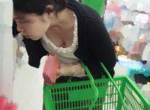 【胸チラエロ画像】スーパーに行けば日常的に拝める人妻さんのおっぱい…買い物に夢中で前屈みになった胸チラ画像