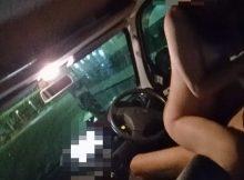 【カーセックスエロ画像】車の中でわいせつ行為をしている素人カップルがいちゃいちゃ羨ましいカーセックス画像