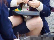 【JKパンチラエロ画像】完全ノーガード!女子高生の子供らしいパンティがまる見え…街中で盗撮されたパンチラ画像