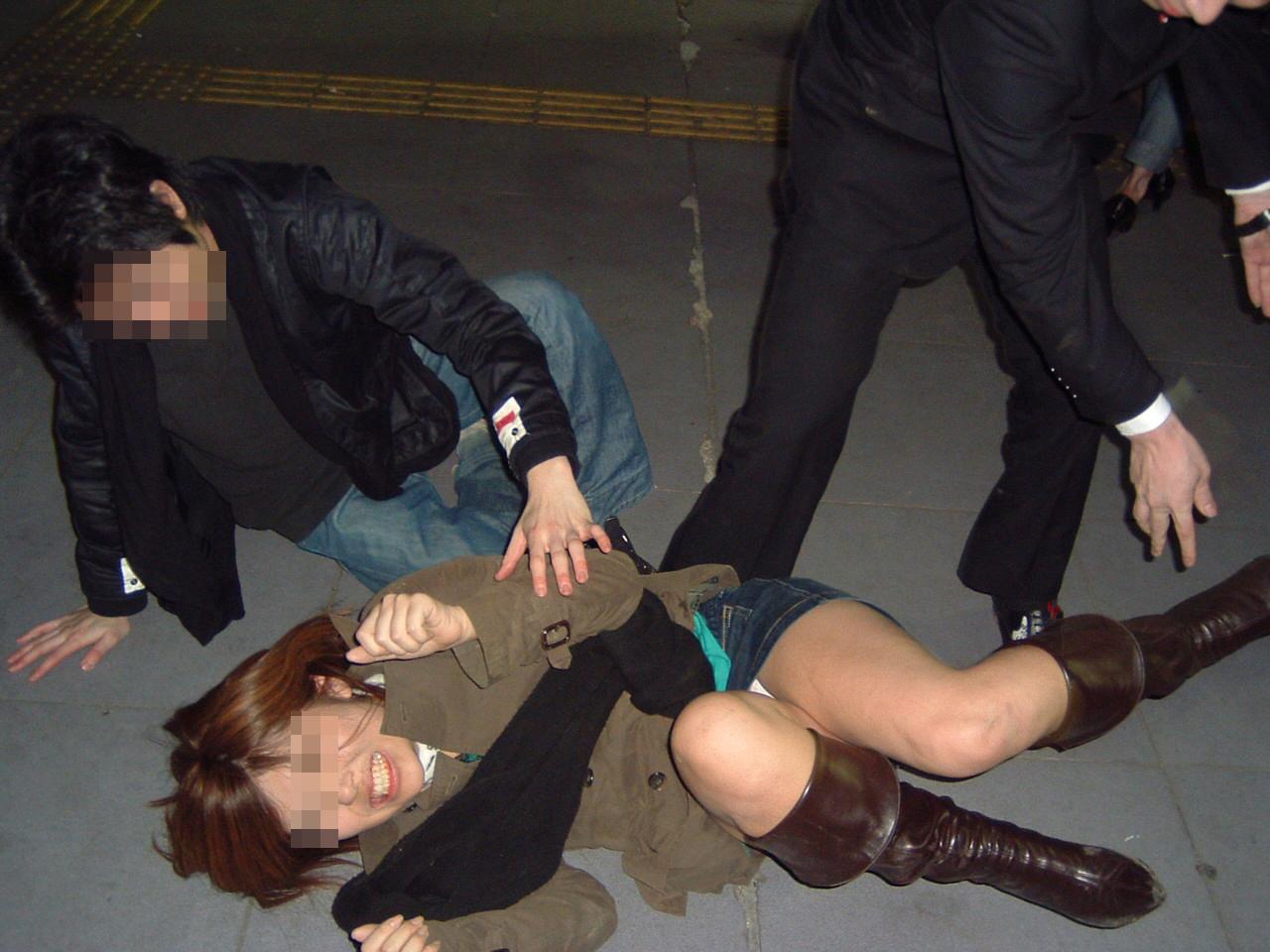 【酔っぱらいエロ画像】酒に飲まれたギャルの黒歴史…酔っ払ってハメを外しすぎたおふざけエロ画像 その5