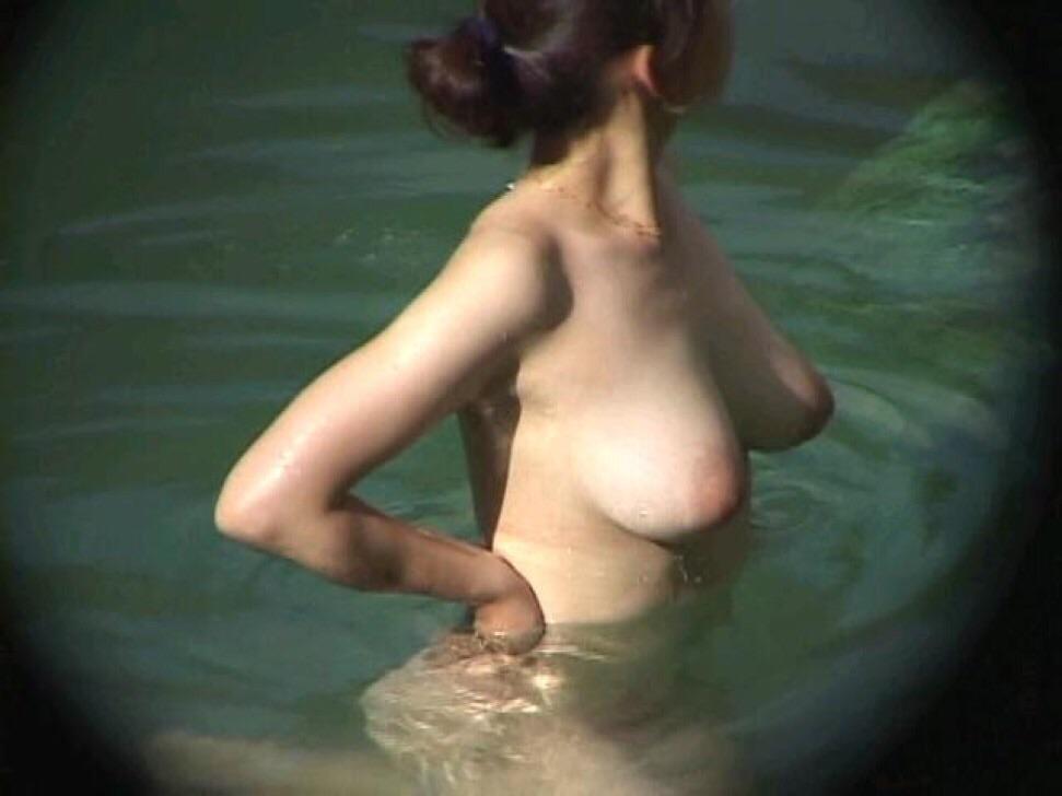 【露天風呂盗撮エロ画像】素人なのにおっぱいでけー!!重力に負けて垂れ下がった巨乳がまる見え一般女性の露天風呂盗撮画像 その1