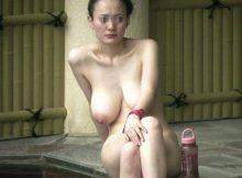 【露天風呂盗撮エロ画像】素人なのにおっぱいでけー!!重力に負けて垂れ下がった巨乳がまる見え一般女性の露天風呂盗撮画像