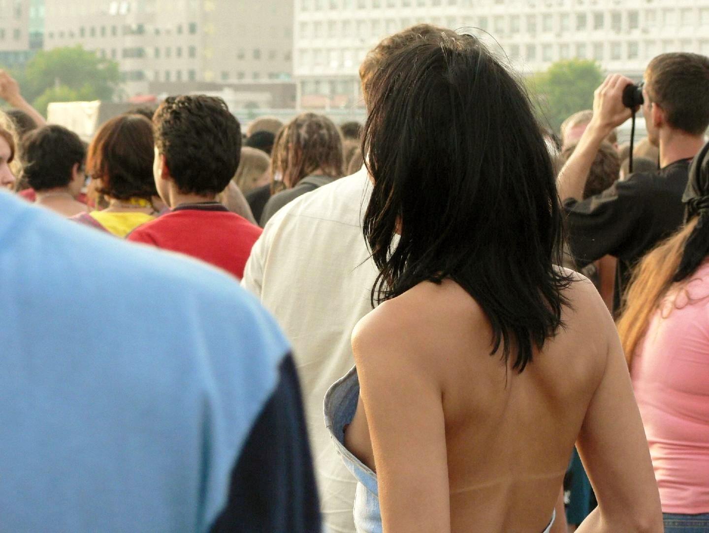 【ノーブラエロ画像】海外に行けば街中を歩いている普通の一般外国人女性のおっぱいが見られる!?ノーブラ外国人のおっぱいポロリww その1