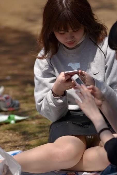 【パンチラエロ画像】近所の公園でわりと見られるパンチラ…自然体な女の子たちのリアルなハプニングがエロい公園パンチラ画像 その12