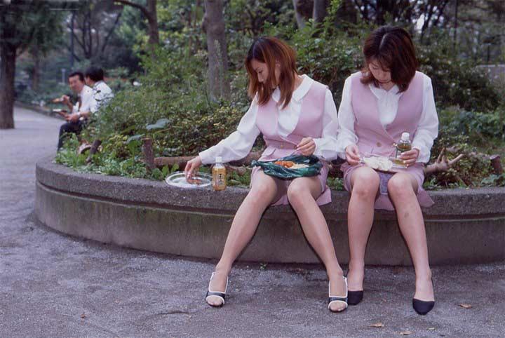 【パンチラエロ画像】近所の公園でわりと見られるパンチラ…自然体な女の子たちのリアルなハプニングがエロい公園パンチラ画像 その13