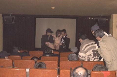 【ピンク映画館エロ画像】これが本物のハッテン場…週末の夜はヤラれたい痴女がやってくるピンク映画館www その4