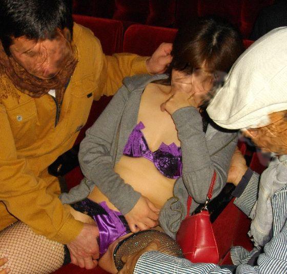 【ピンク映画館エロ画像】これが本物のハッテン場…週末の夜はヤラれたい痴女がやってくるピンク映画館www その12