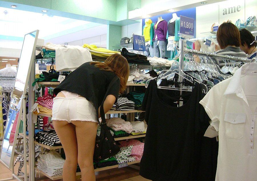 【パンチラエロ画像】買い物に夢中でまったくの無警戒…無防備な下半身を撮られても気づかない女の子のリアルなパンチラ画像 その2