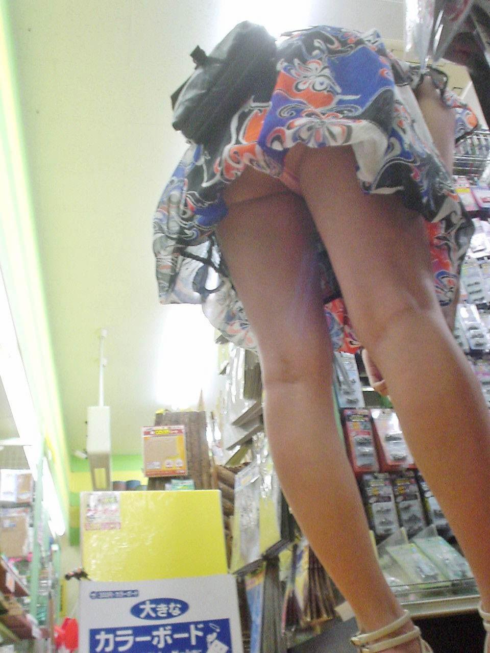 【パンチラエロ画像】買い物に夢中でまったくの無警戒…無防備な下半身を撮られても気づかない女の子のリアルなパンチラ画像 その6