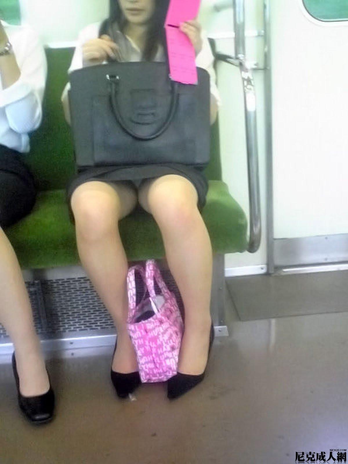 【電車内OL隠し撮り画像】タイトスカートの奥で見え隠れする下着が激エロ…電車内で勃起してしまうOLさんのパンチラ画像 その1