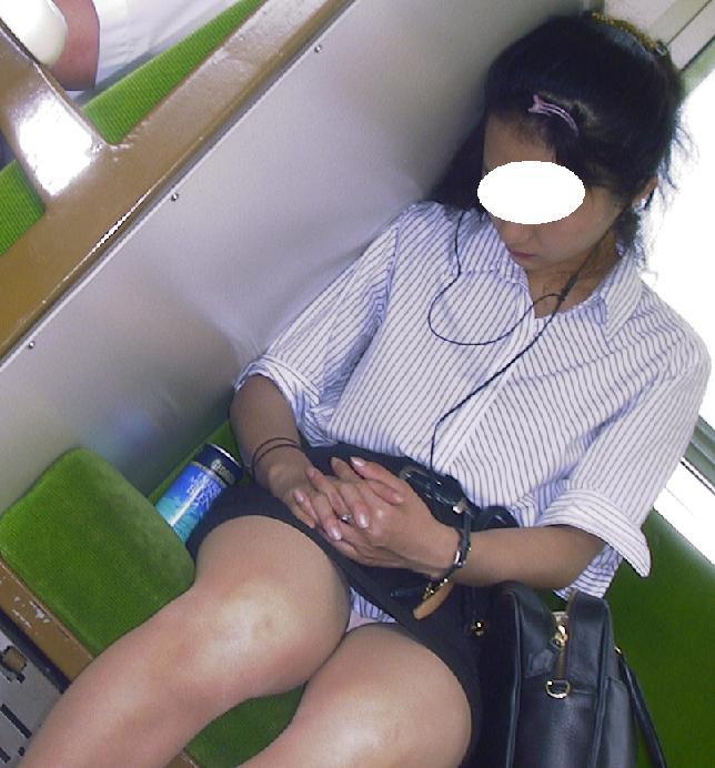 【電車内OL隠し撮り画像】タイトスカートの奥で見え隠れする下着が激エロ…電車内で勃起してしまうOLさんのパンチラ画像 その2