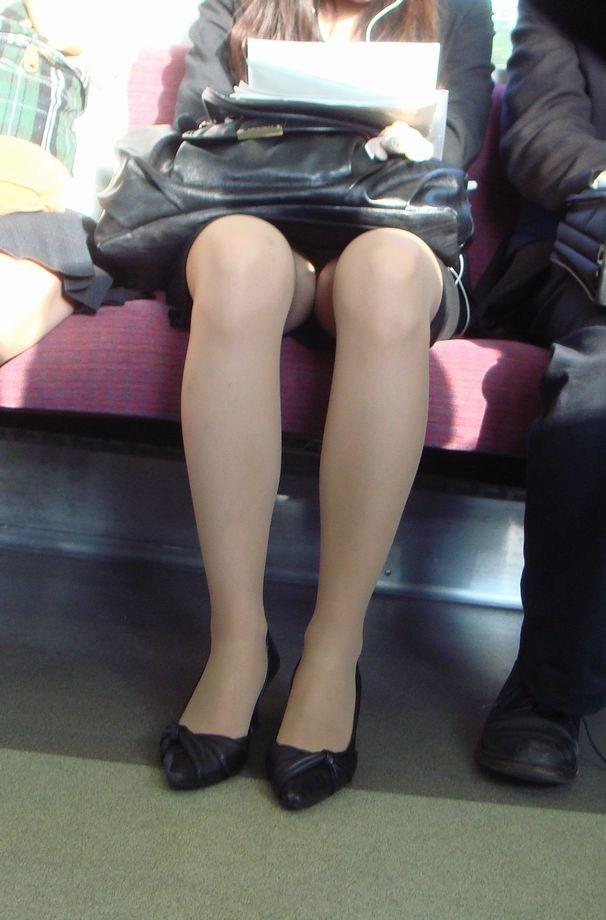 【電車内OL隠し撮り画像】タイトスカートの奥で見え隠れする下着が激エロ…電車内で勃起してしまうOLさんのパンチラ画像 その3