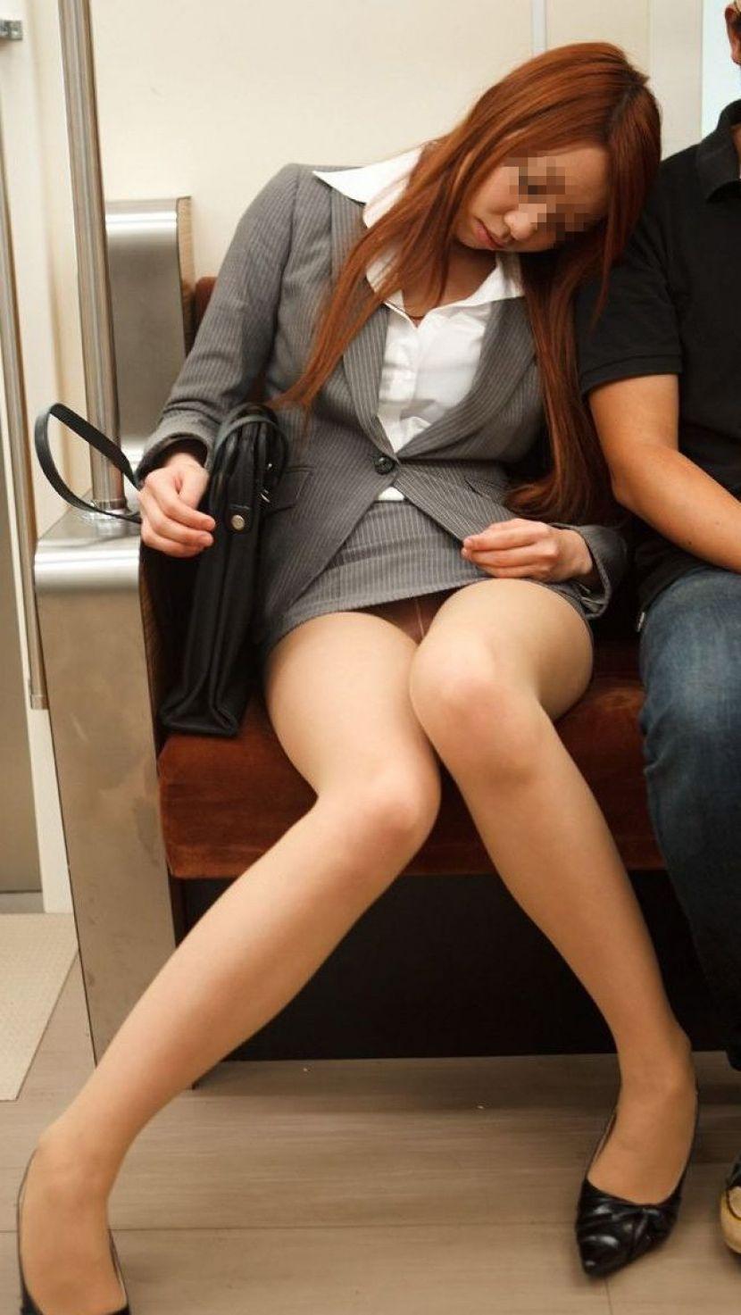 【電車内OL隠し撮り画像】タイトスカートの奥で見え隠れする下着が激エロ…電車内で勃起してしまうOLさんのパンチラ画像 その4