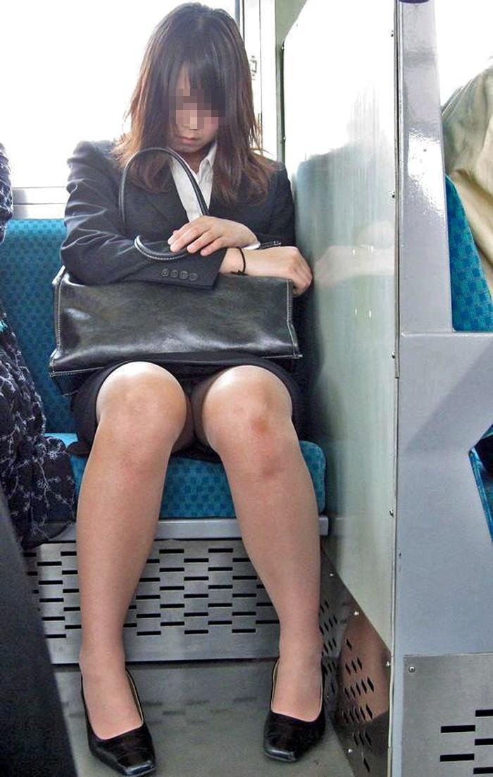 【電車内OL隠し撮り画像】タイトスカートの奥で見え隠れする下着が激エロ…電車内で勃起してしまうOLさんのパンチラ画像 その7
