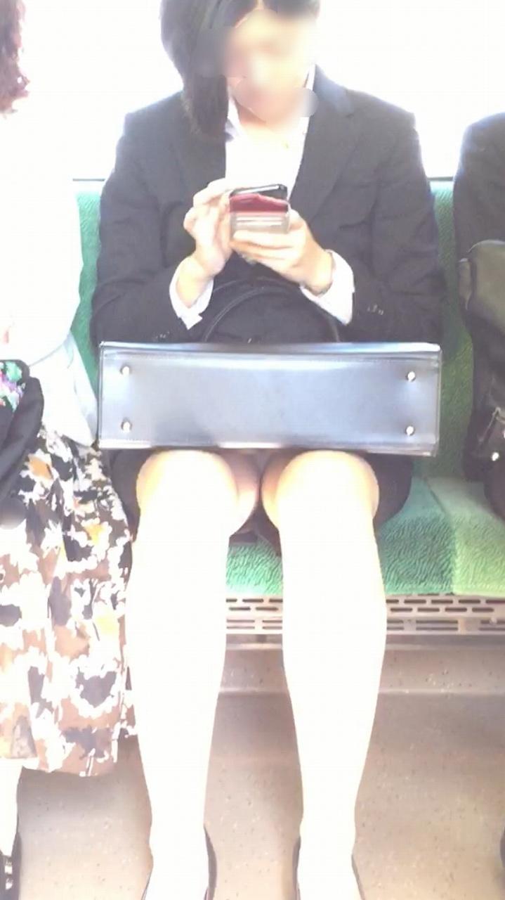 【電車内OL隠し撮り画像】タイトスカートの奥で見え隠れする下着が激エロ…電車内で勃起してしまうOLさんのパンチラ画像 その8