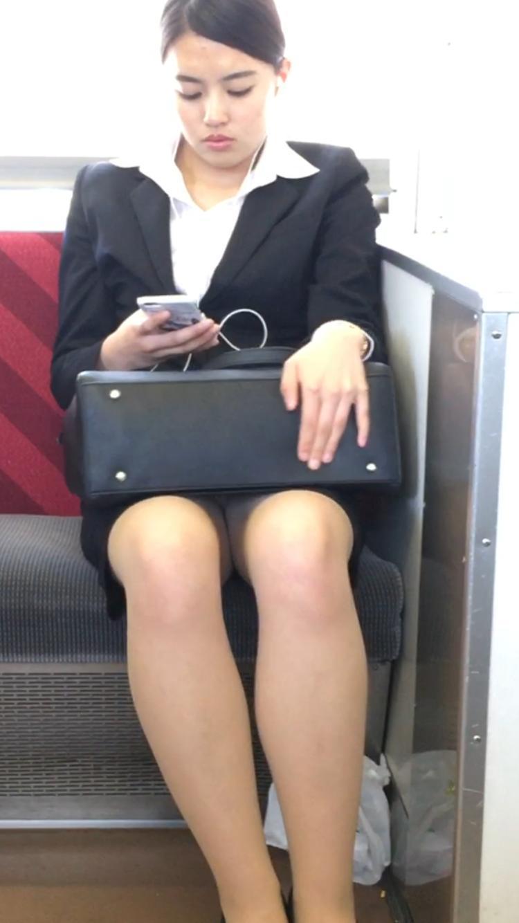 【電車内OL隠し撮り画像】タイトスカートの奥で見え隠れする下着が激エロ…電車内で勃起してしまうOLさんのパンチラ画像 その9