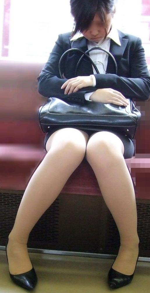 【電車内OL隠し撮り画像】タイトスカートの奥で見え隠れする下着が激エロ…電車内で勃起してしまうOLさんのパンチラ画像 その10