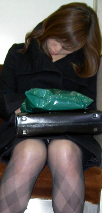 【電車内OL隠し撮り画像】タイトスカートの奥で見え隠れする下着が激エロ…電車内で勃起してしまうOLさんのパンチラ画像 その13